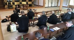 平成三十年五月十日、三浦組光照寺ご住職、三浦正英上人を講師としてお招きし、 鎌倉大本山光明寺開山堂にて詠唱の勉強会を開催いたしました。青年会会員十九名の参加でした。