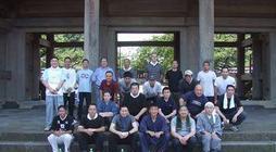 去る7月4日(金)、神奈川教区寺庭婦人会と合同で大本山光明寺開山忌前清掃奉仕を行いました。各組より32名の参加があり御廟から境内、山門、駐車場等の清掃を行いました。予想された降雨はありませんでしたが、湿った空気の中、参加 […]